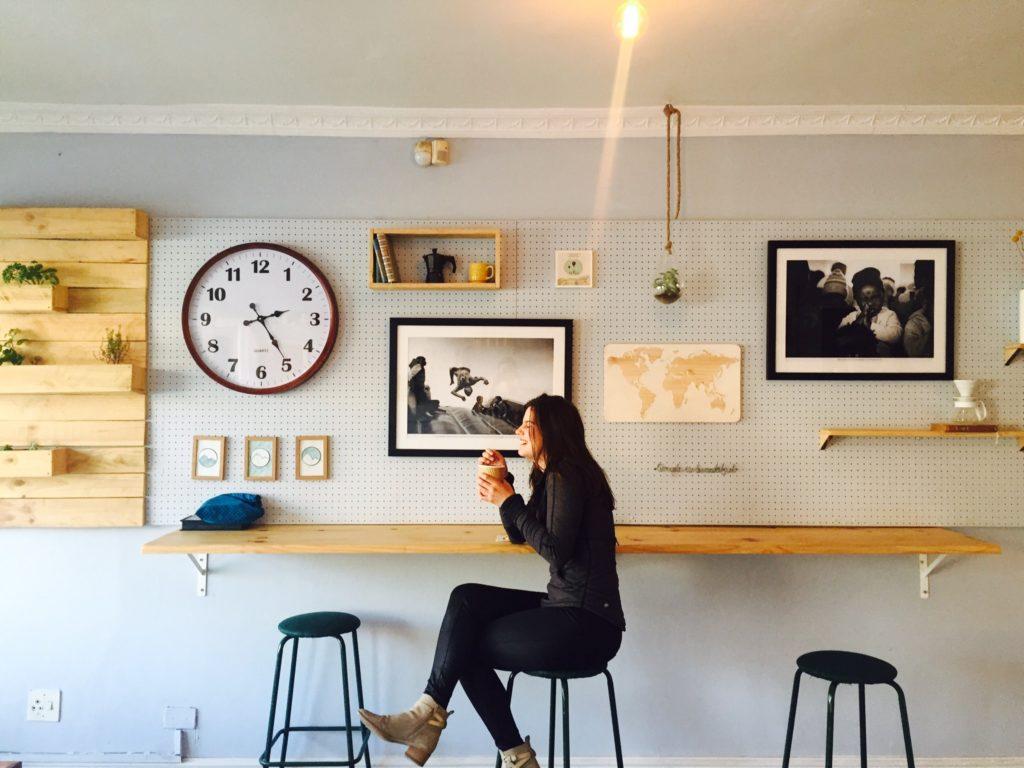 カフェで笑う外国人女性